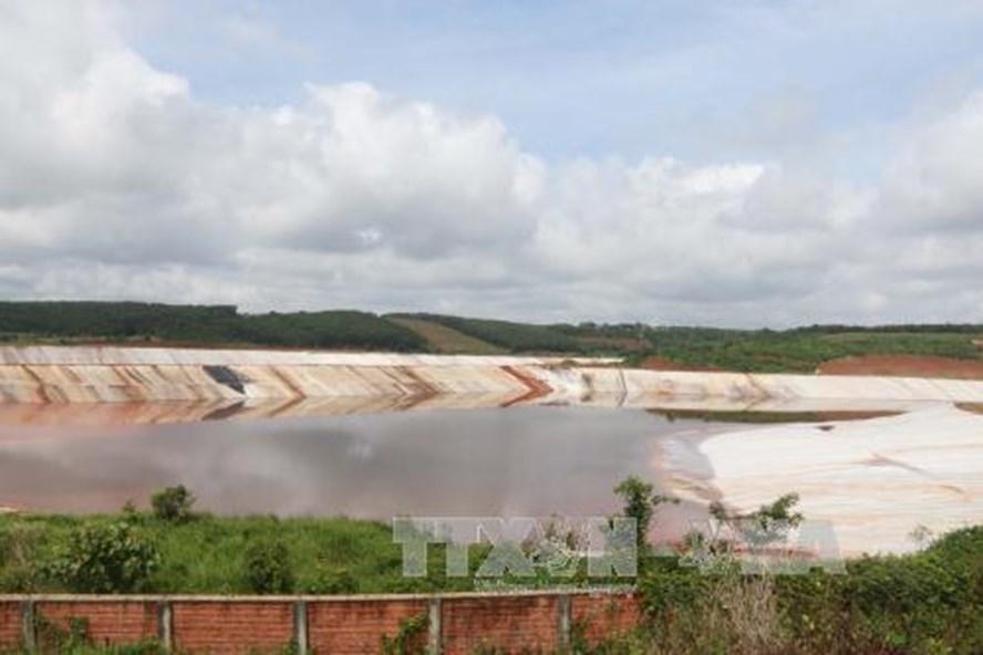 Hồ chứa bùn đỏ nhà máy alumin Nhân Cơ. Ảnh: TTXVN.