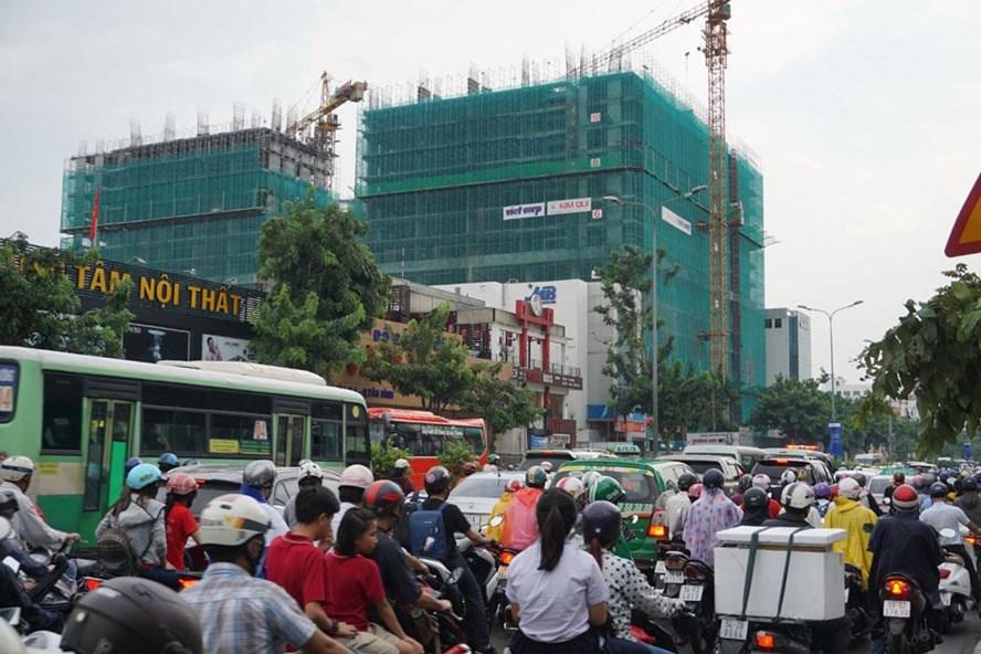 Đường Cộng Hòa tới sân bay Tân Sơn Nhất (TPHCM) thường xuyên kẹt xe khi hàng loạt cao ốc đã và đang được xây dựng. Ảnh: M.Q