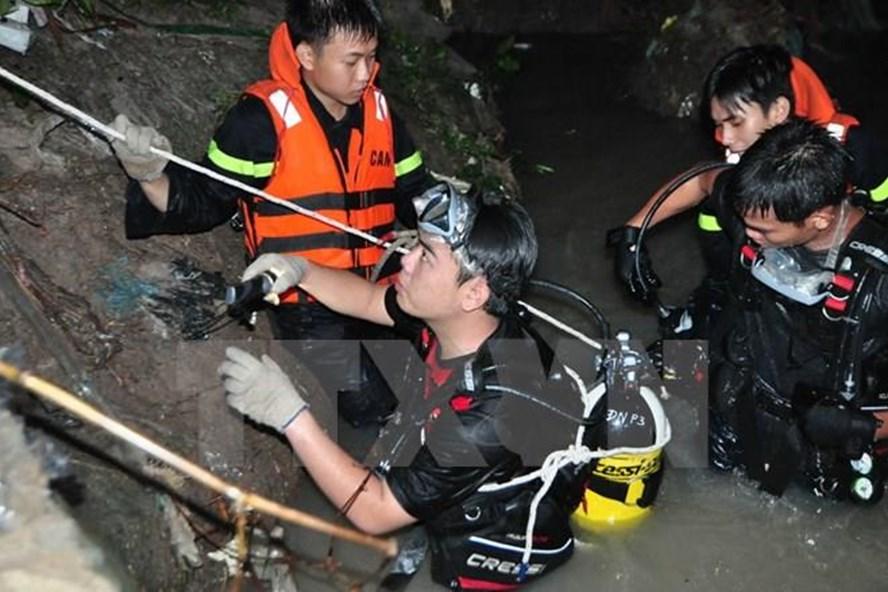 Lực lượng cứu hộ, cứu nạn tỉnh Đồng Nai tổ chức tìm kiếm người đàn ông mất tích do lũ cuốn trôi trong đêm.