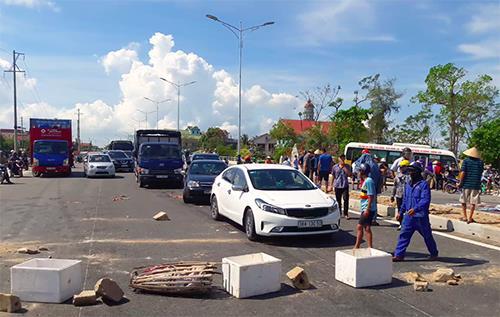 Người dân phản đối khiến giao thông qua khu vực này bị ùn tắc.