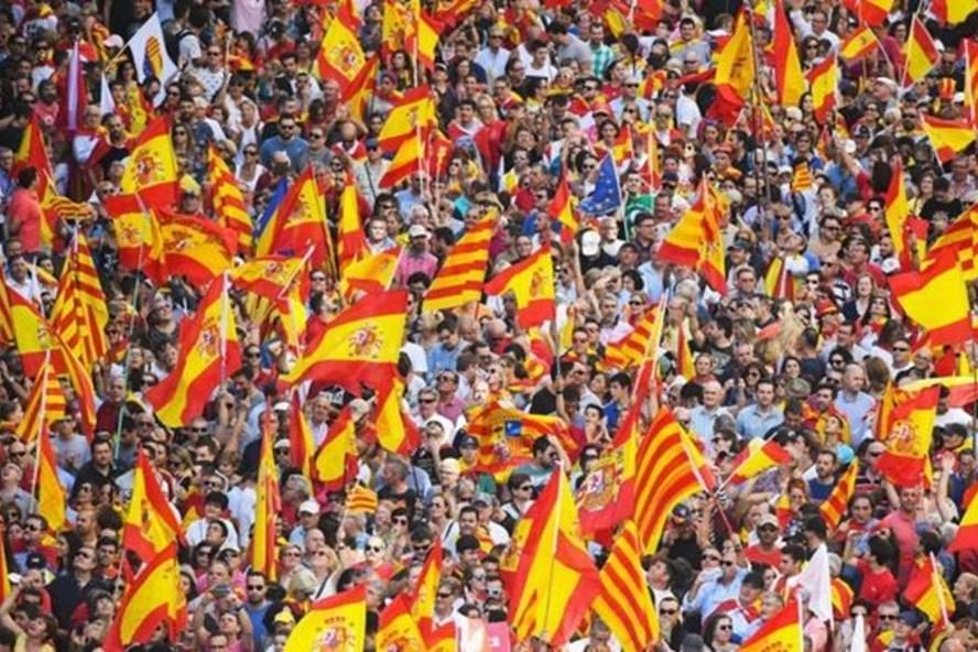 Hàng nghìn người Barcelona xuống đường phản đối Catalonia độc lập. Ảnh: Getty