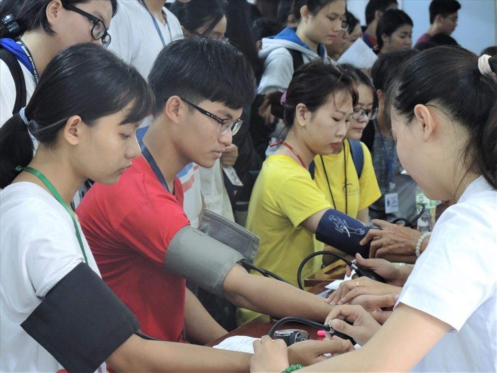 Đông đảo sinh viên tham gia hiến máu (ảnh K.Q)