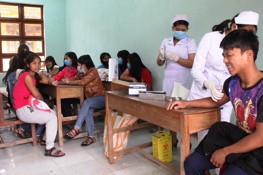 Sở Y tế tỉnh Quảng Nam tiêm vắc xin phòng bệnh bạch hầu cho các học sinh. Ảnh: CĐ