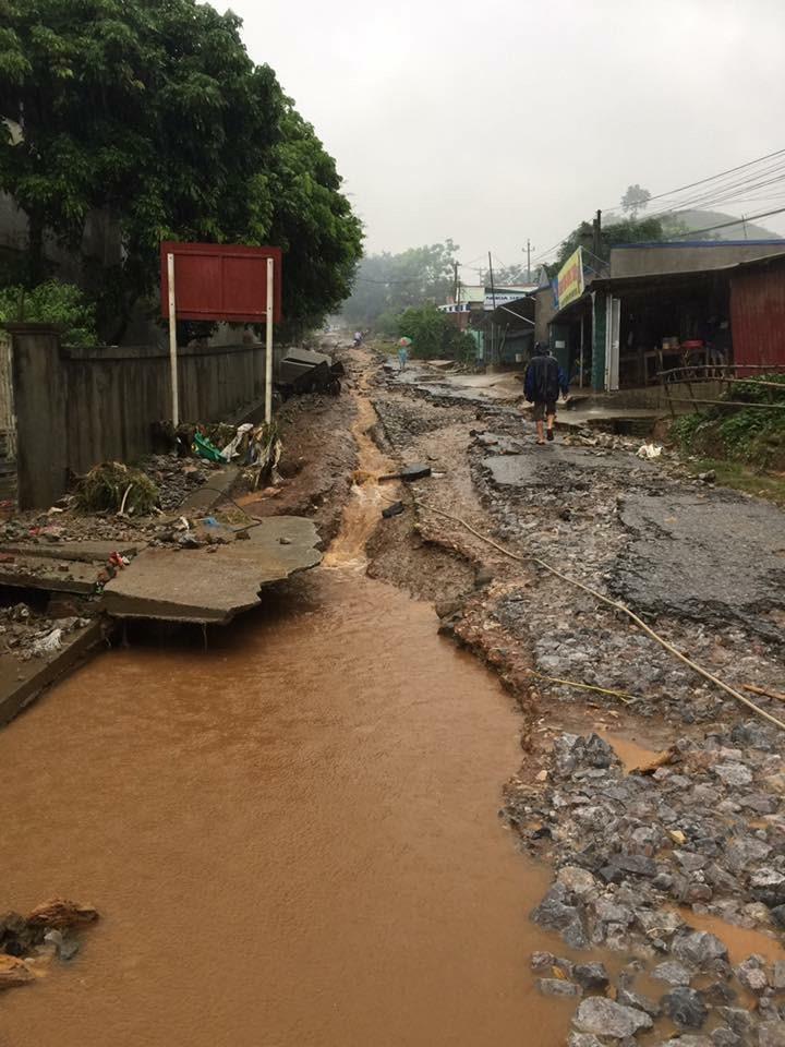 Mưa lũ làm hỏng nhiều tuyến đường trên địa bàn huyện Đà Bắc. Ảnh: Hà Thúy