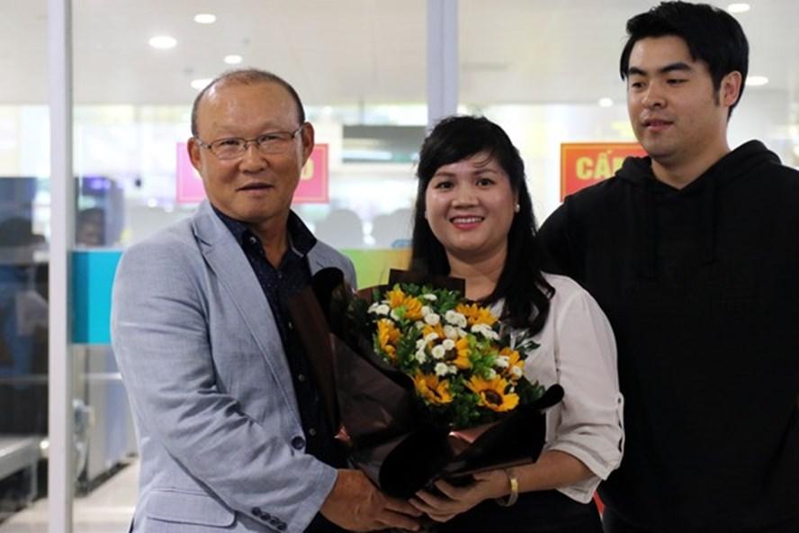 HLV Park Hang-seo đã chính thức ra mắt NHM Việt Nam. Ảnh: VFF