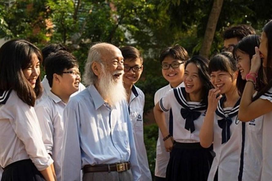 Hình ảnh thầy Văn Như Cương trong một lần trò chuyện với học trò Trường Lương Thế Vinh ( ảnh: Bùi Văn Sơn)