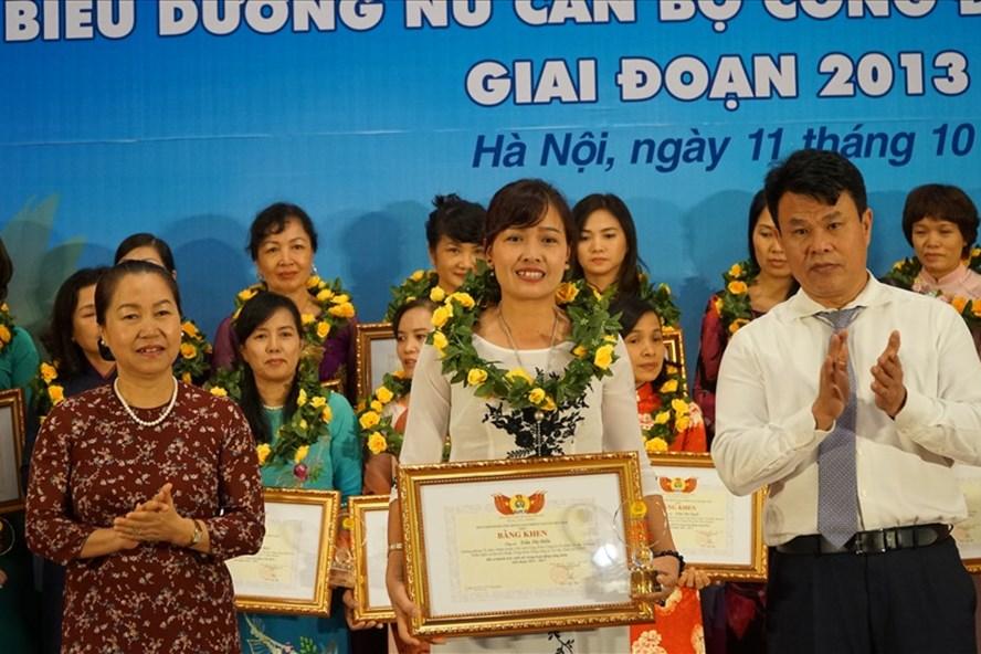 Phó Chủ tịch Tổng LĐLĐVN Nguyễn Thị Thu Hồng (trái) trao bằng khen của CĐ GTVT VN cho nữ cán bộ công đoàn xuất sắc.