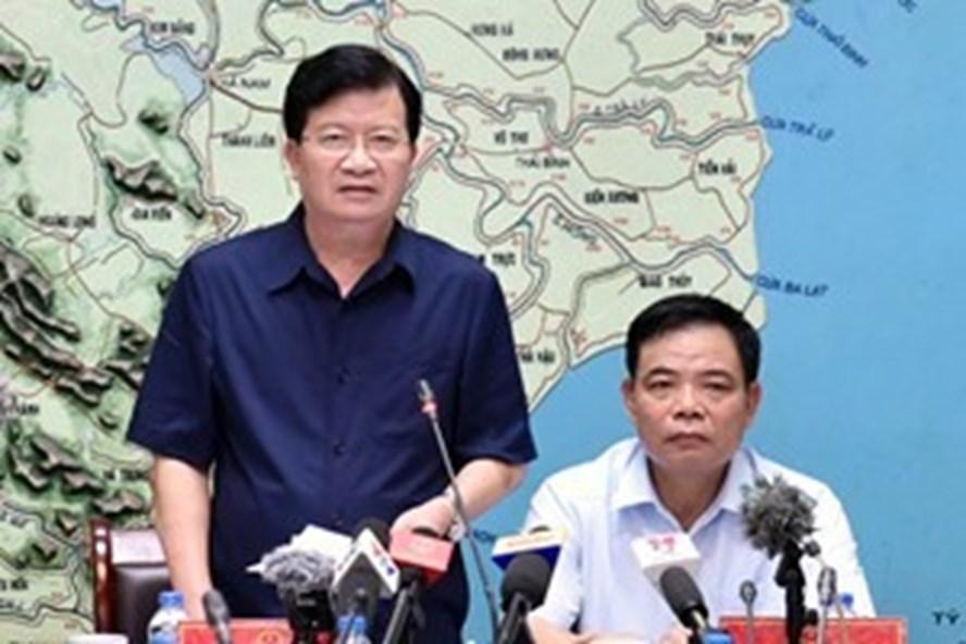 Phó Thủ tướng Trịnh Đình Dũng chủ trì cuộc họp khẩn với Bộ NN&PTNT, yêu cầu ứng phó với lũ lụt, đảm bảo tính mạng cho dân. Ảnh: VGP/Nhật Bắc