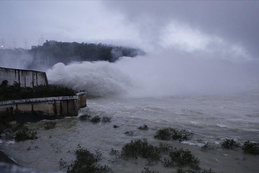 Sau 10 năm, Thủy điện Hòa Bình buộc phải mở 8 cửa xả lũ do lượng mưa tăng cao.