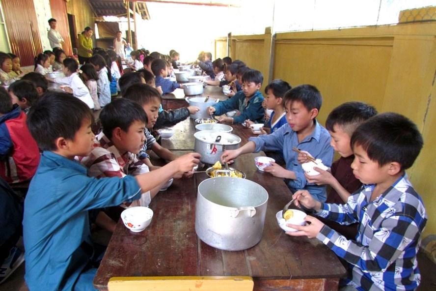Nhìn những bàn tiệc thừa mứa và nghĩ tới bữa cơm của học sinh miền núi, mới thấy cái tội rất lớn của sự lãng phí. Ảnh: ĐHHH QG LBN.