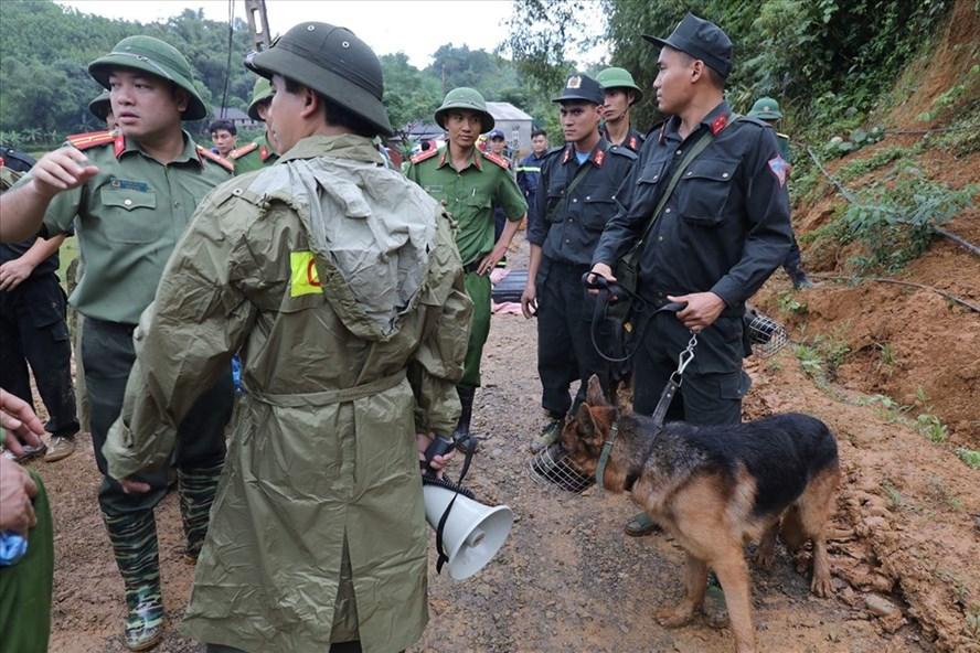 Lực lượng chức năng huy động chó nghiệp vụ tìm kiếm nạn nhân.