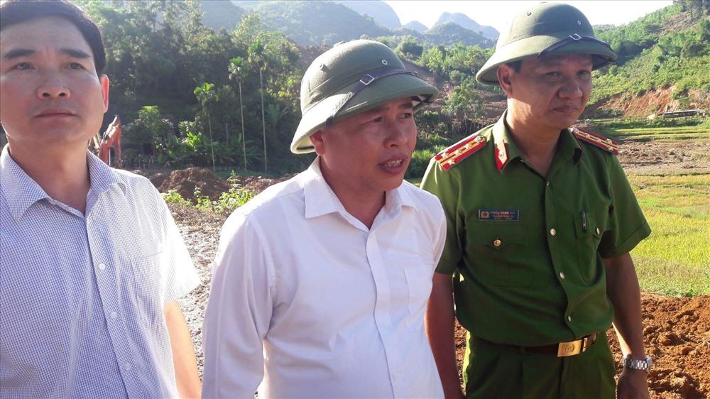 Chủ tịch UBND Huyện Tân Lạc (đứng giữa) có mặt tại điểm sạt lở chỉ đạo công tác tìm kiếm nạn nhân.