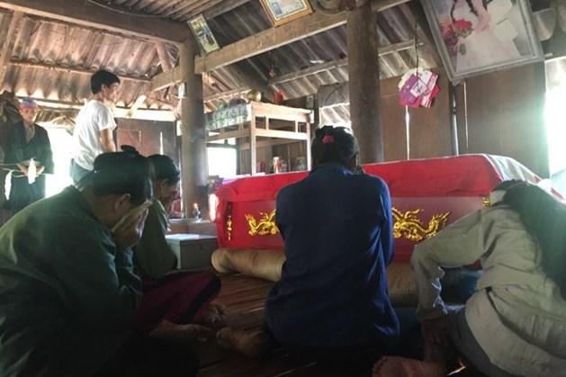 Người thân ông Đinh Công Sinh khóc ngất bên thi thể ông.