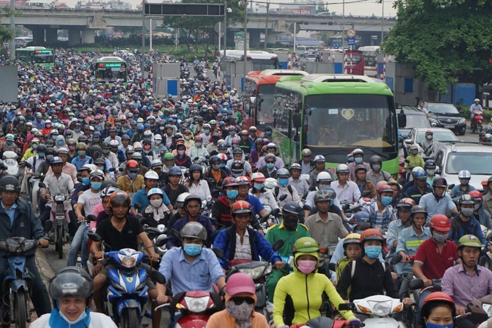 Hàng ngàn phương tiện chôn chân dưới chân cầu Bình Triệu.