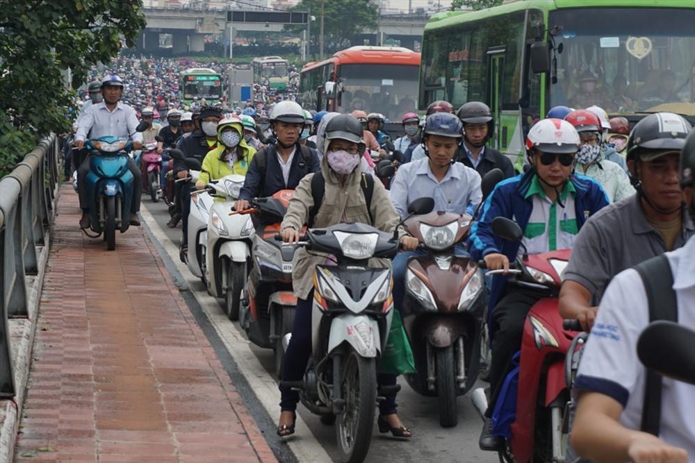 Nhiều người nôn nóng đã cho xe máy chạy lên hành lang cầu.