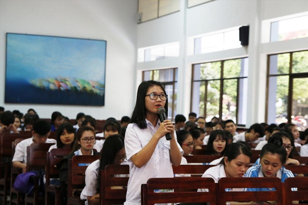 Sinh viên khoa Kinh tế vận tải – Trường ĐH.GTVT Tp.HCM đặt câu hỏi cho khách mời