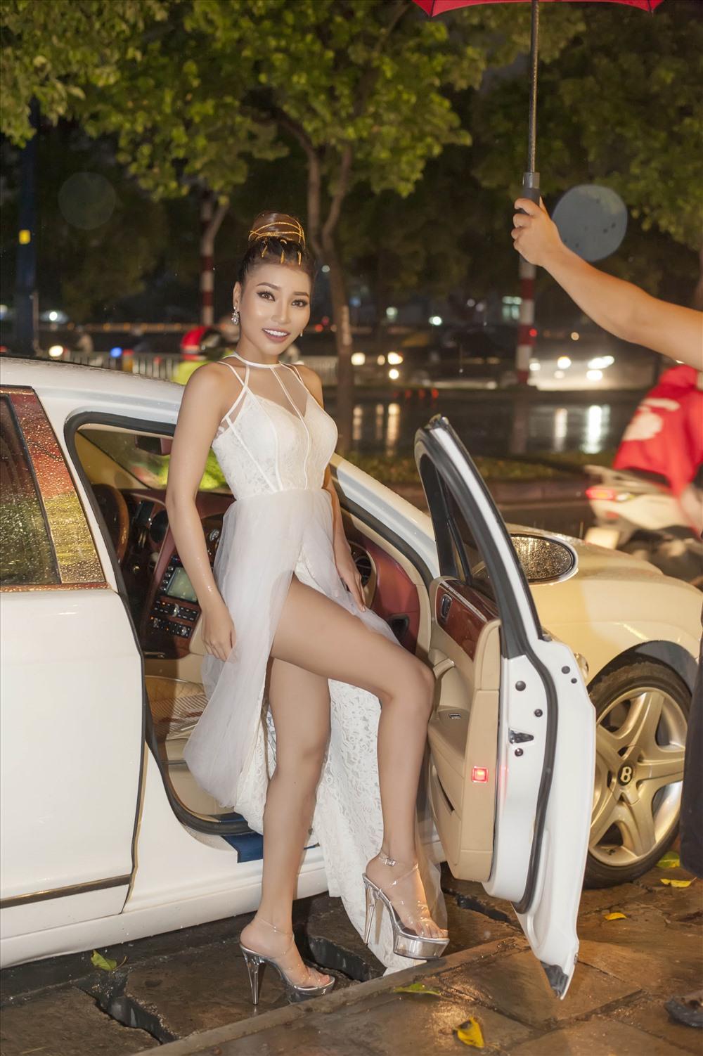 Linh Huỳnh đi xe sang tới dự sinh nhật. Ảnh: P.T