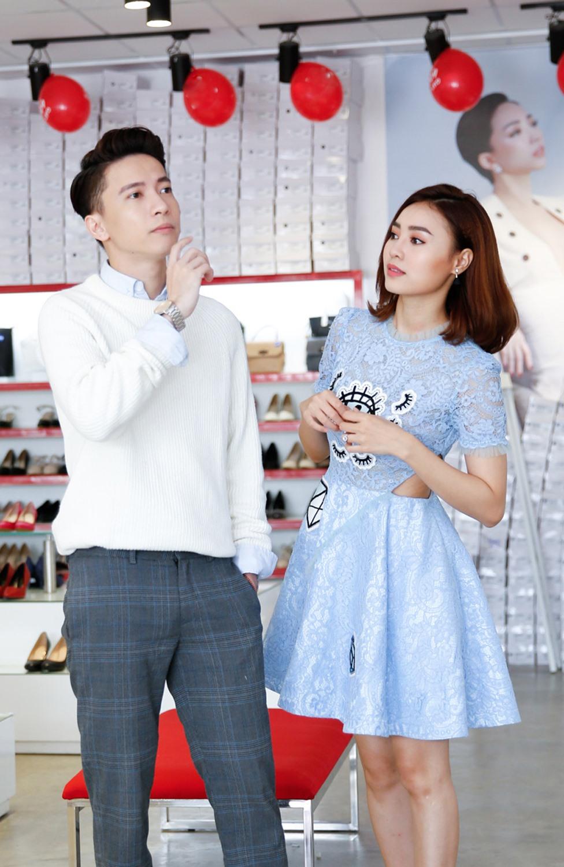 S.T chọn giày cho Ninh Dương Lan Ngọc. Ảnh: T.L