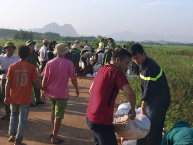 Tại xã Quảng Phú, huyện huy động lực lượng Cảnh sát PCCC cùng với lực lượng dân quân tại chỗ khoảng trên 300 người để gia cố những đoạn đê xung yếu. (Ảnh: HT)