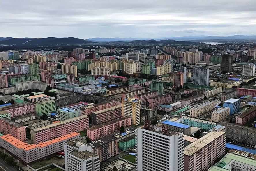 Tổng thống Nga Vladimir Putin ký sắc lệnh trừng phạt Triều Tiên. Ảnh: J.P
