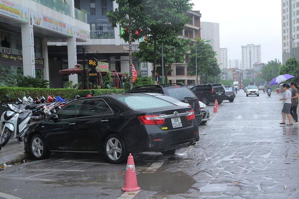 Xe đỗ chéo dưới lòng đường là nguyên nhân dẫn đến tình trạng ách tắc thường xuyên xảy ra ở khu vực này.
