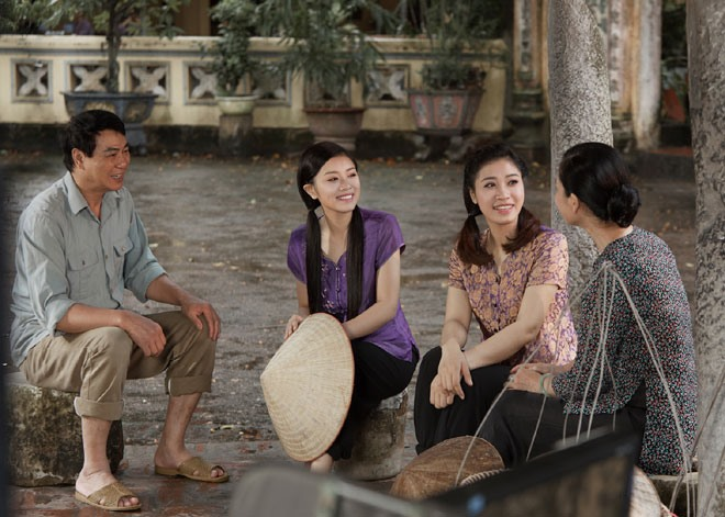 MV được đạo diễn bởi nữ đạo diễn Việt Hương, với bối cảnh quay là các vùng quê ở Đồng Bằng Bắc Bộ mang đậm màu sắc dân gian, cổ kính và vô cùng thân thuộc đối với mỗi người. Ảnh: Đăng Hoàng - Hoà Nguyễn