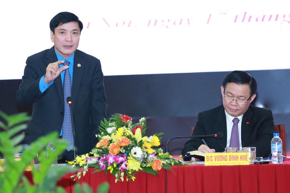 Chủ tịch Tổng LĐLĐVN Bùi Văn Cường phát biểu tại buổi làm việc với Phó Thủ tướng Vương Đình Huệ (phải) ngày 17.10. Ảnh: HẢI NGUYỄN