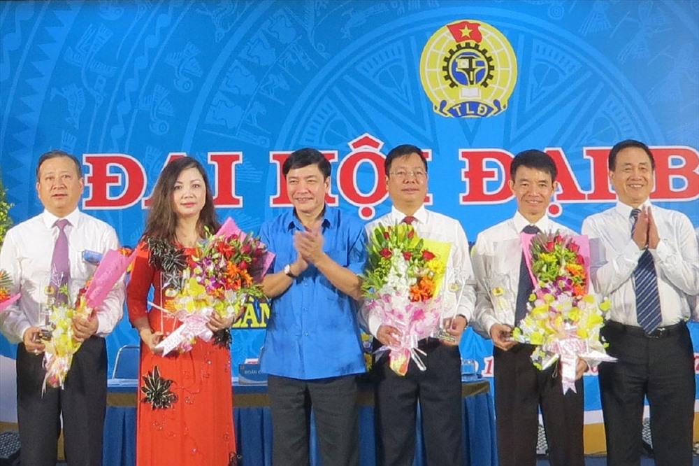 Chủ tịch Tổng LĐLĐVN Bùi Văn Cường tặng hoa BCH CĐ VIAGS nhiệm kỳ 2013-2017. Ảnh: LÊ TUYẾT