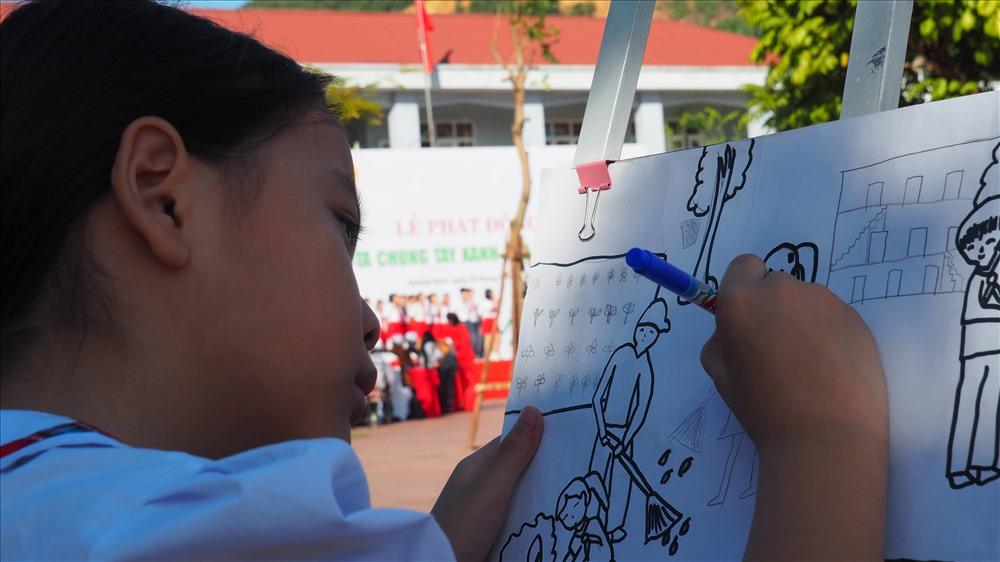 Một em nhỏ  trường tiểu họ Quảng Hanh vẽ tranh bảo vệ môi trường. Ảnh: T.N.D