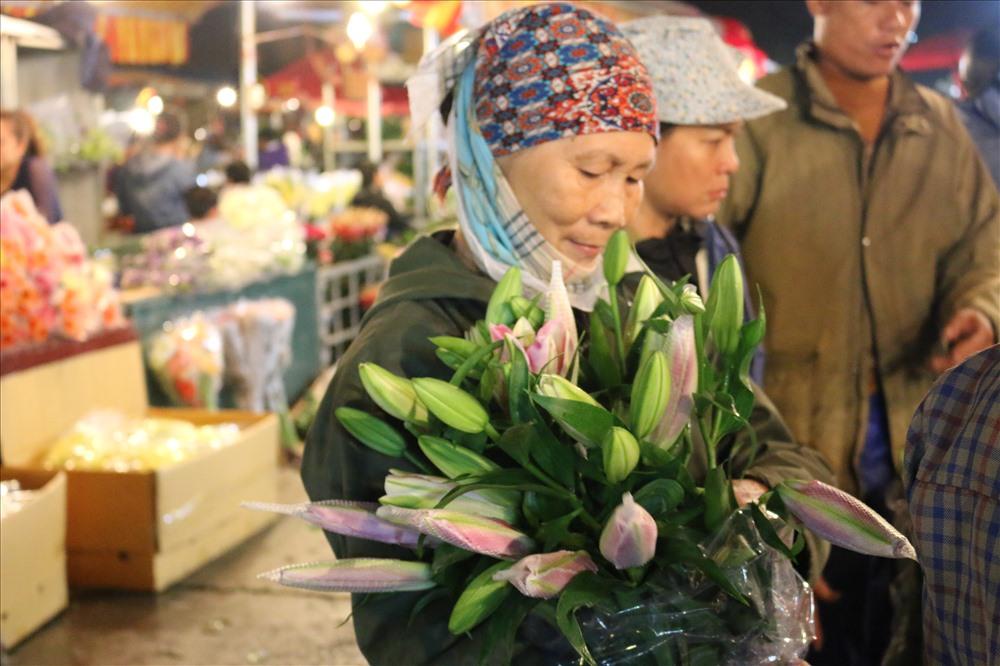 Năm nay , giá hoa cao hơn mọi năm do thời tiết và sâu bệnh .Hoa hồng, hoa ly vẫn giống hoa được ưa chuộng nhất .