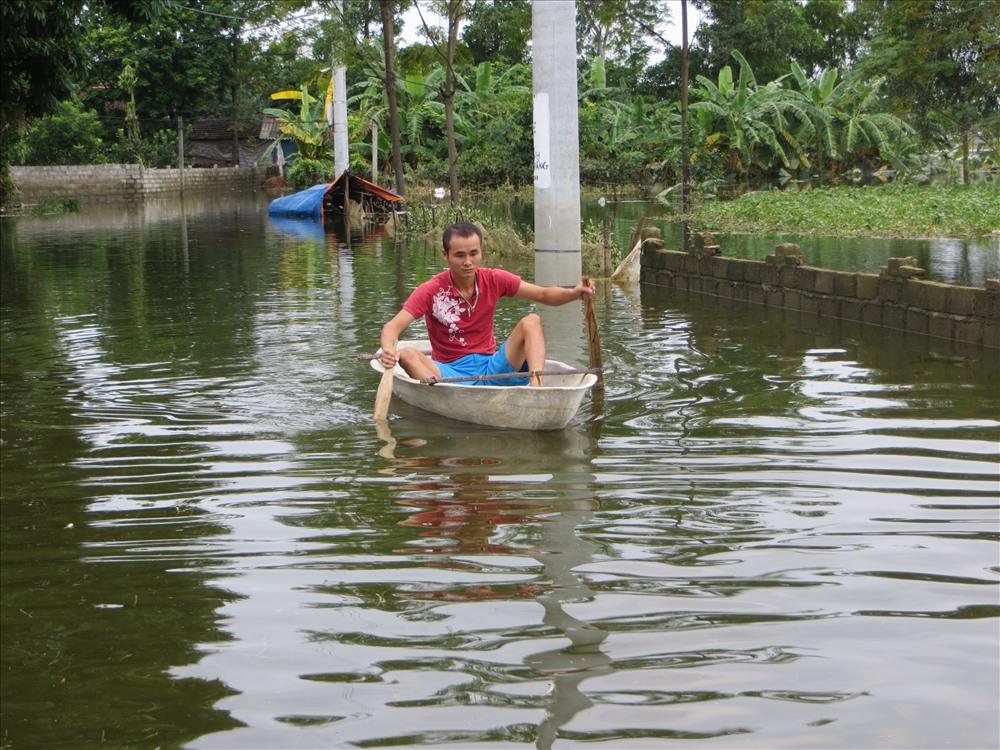 Người dân xón Nằng vẫn phải chèo thuyền trên đường - Ảnh TN