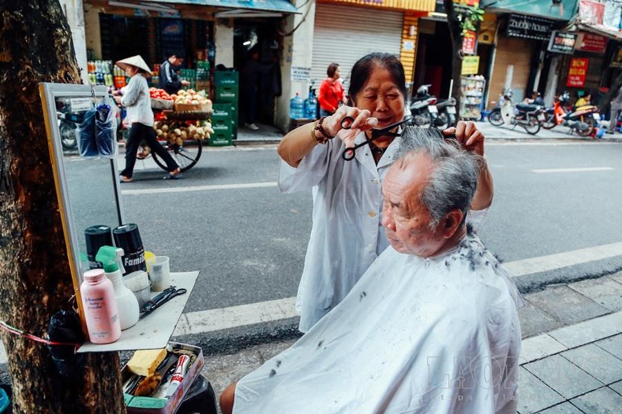 Tiệm cắt tóc đơn giản của bà Phạm Thị Thu (80 tuổi) trên phố Hàng Buồm (quận Hoàn Kiếm, Hà Nội) là nét đẹp giữa phố cổ thu hút mọi ánh nhìn của du khách tứ phương và địa chỉ quen thuộc của những vị khách thích kiểu cắt với đồ nghề xưa cũ