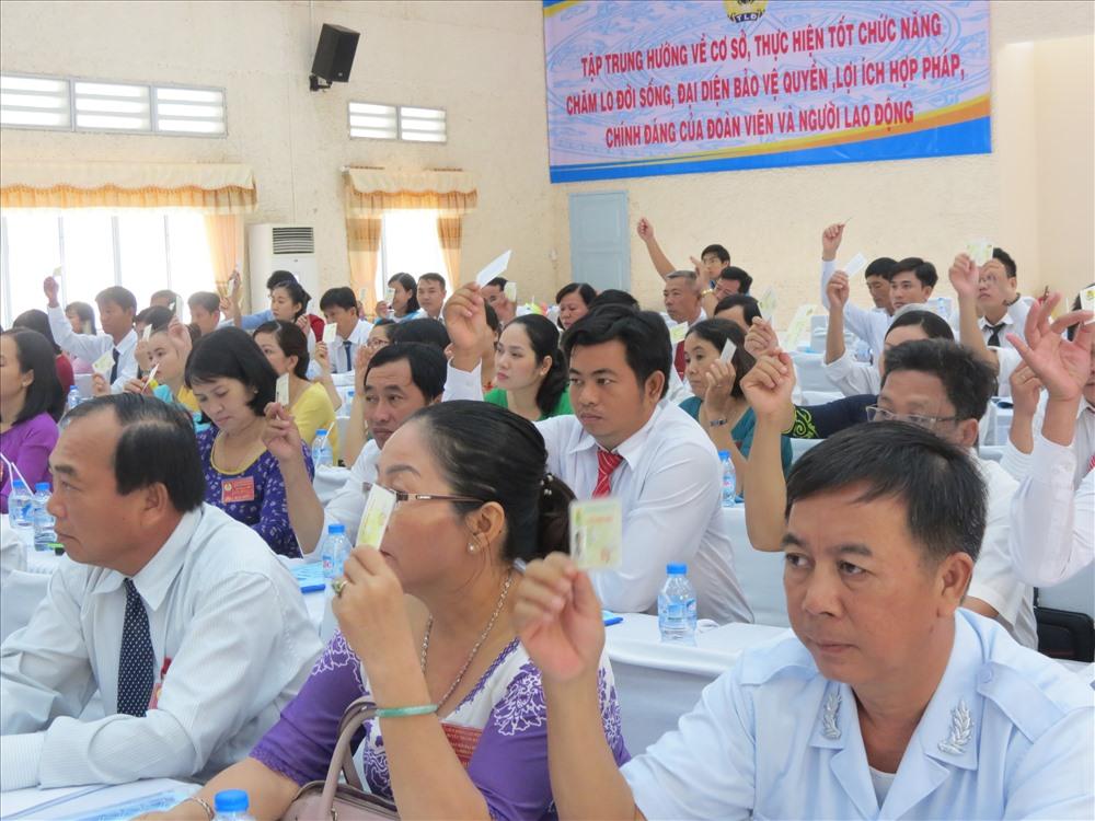 Đại biểu biểu quyết thông qua các Nghị quyết ĐH CĐ huyện Trảng Bàng