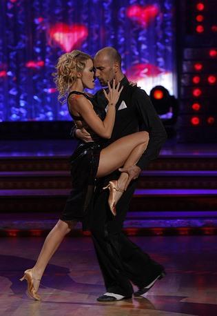 """Ksenia Sobchak và vũ công Yevgeny Papunaishvili trong chương trình """"Bước nhảy hoàn vũ"""" phiên bản Nga. Ảnh: Tass"""