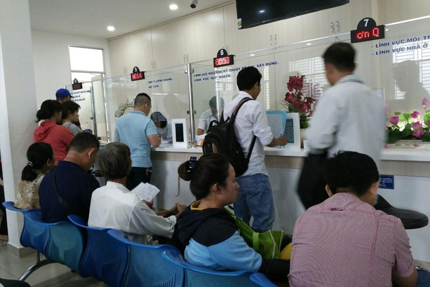 Các công chức TPHCM trong giờ làm việc không được mặc quần jean áo thun.  Ảnh: M.Q