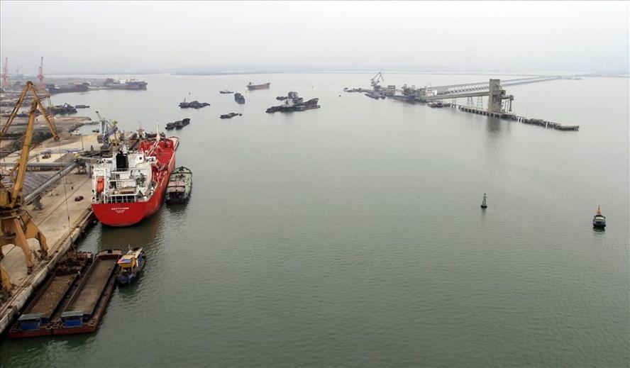 Cầu và máng rót xi mang và clinke của nhà máy xi măng Thăng Long vươn ra chiếm trọn một vùng nước trước mặt cảng Cái Lân gây phản cảm với du khách khi đứng nhìn từ trên cầu Bãi Cháy xuống. Ảnh: T.N.D