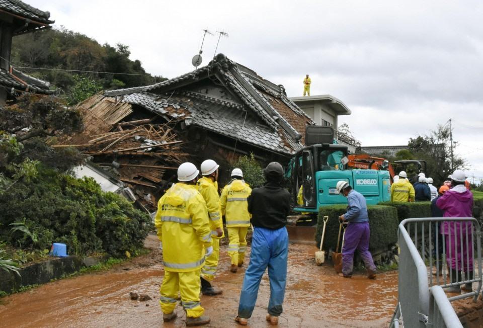 Một người mất tích sau khi đất sạt lở vào một ngôi nhà. Ảnh: Kyodo