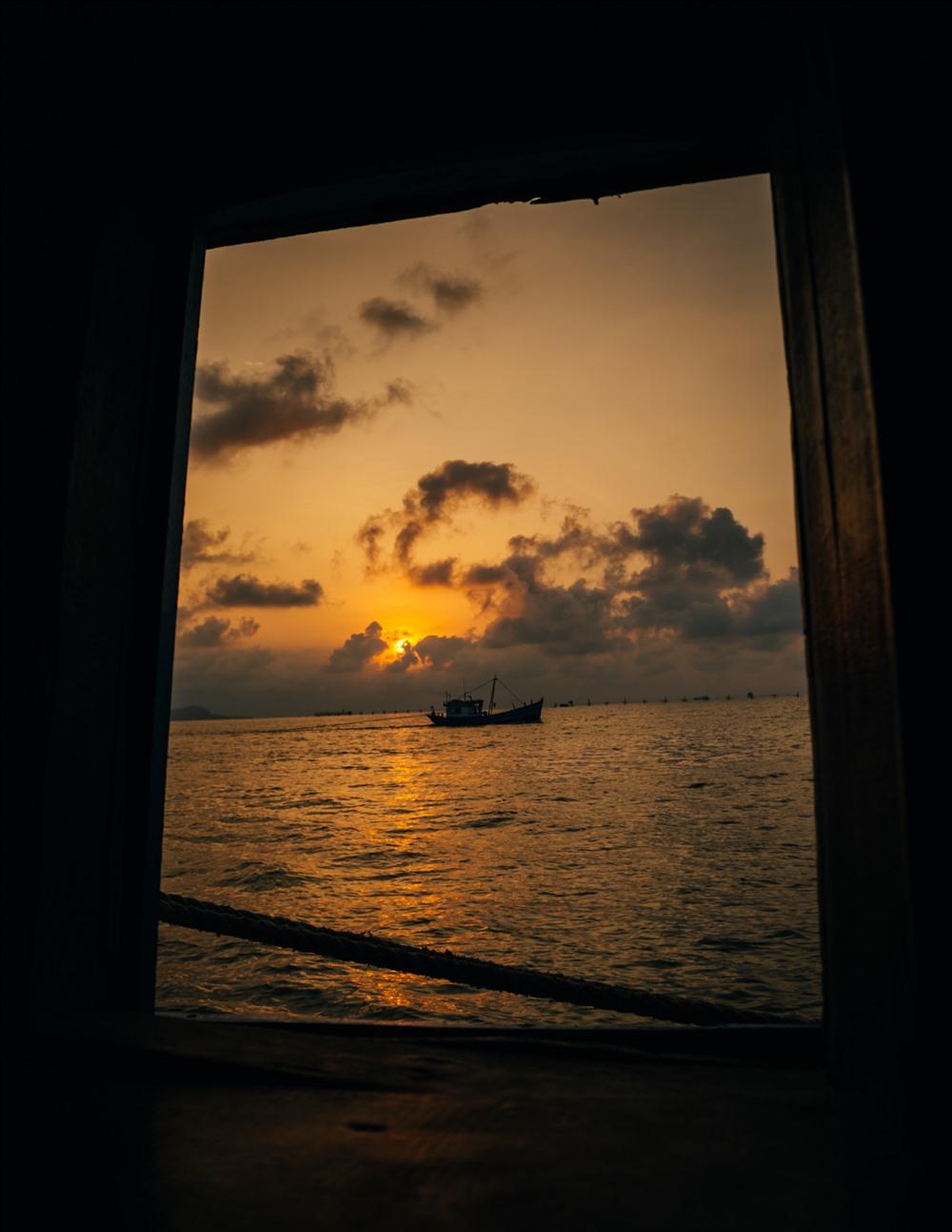 : Thuyển ra khơi khi chân mây ửng hồng, vì đây là đánh lưới đôi nên khi ra khơi sẽ có hai chiếc thuyền, mỗi chiếc cầm một đầu lưới đi song song nhau ….Hai chiếc thuyền như đôi song mã cưỡi song ra khơi…