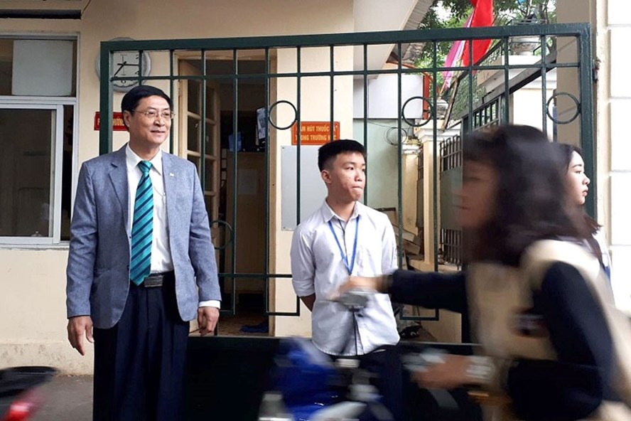 Thầy hiệu trưởng Nguyễn Quốc Bình đều đặn đứng ở cổng đón học sinh từ sáng sớm. Ảnh: Vietnamnet.