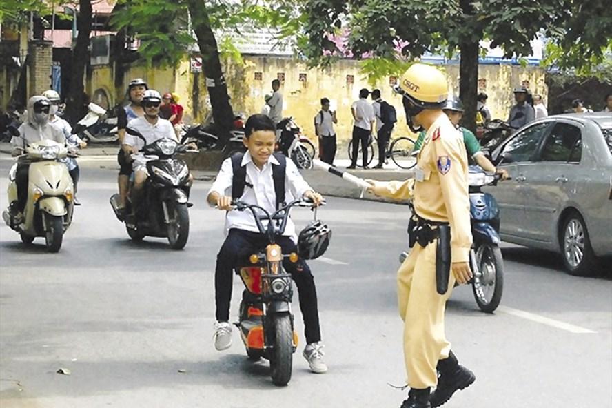 Rất nhiều các em học sinh, sinh viên chủ quan vi phạm luật giao thông khi điều khiển xe máy điện, xe đạp điện. Ảnh: MH