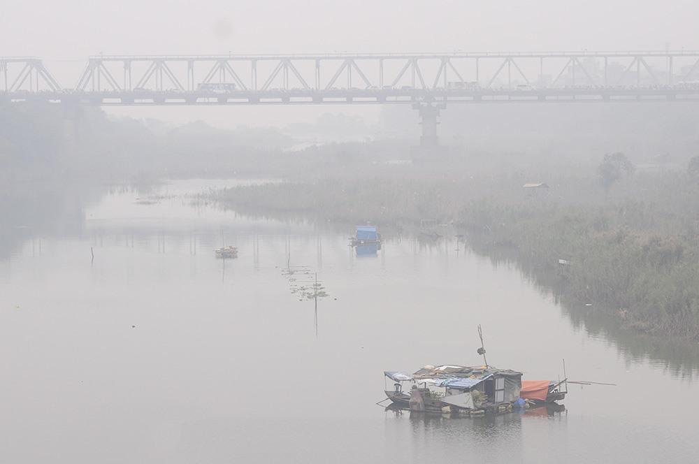 Cầu Chương Dương nhìn từ phía cầu Long Biên dần dần biến mất trong làn sương mù trắng
