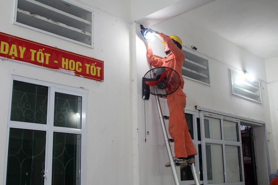 Sửa chữa hệ thống chiếu sáng tại trường THCS Nam Phương Tiến A