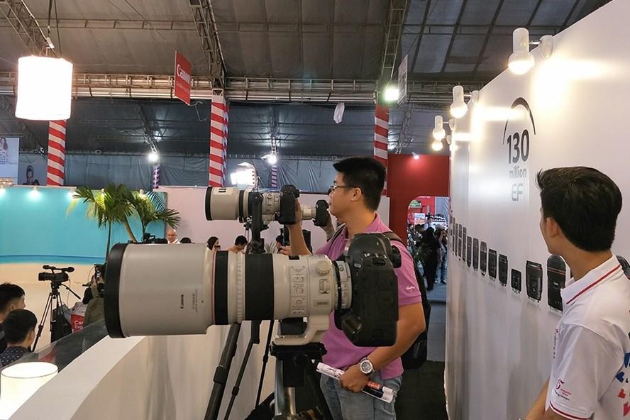 """Các bạn trẻ tham quan Canon Expo đóng vai """"phóng viên ảnh"""" với những máy ảnh dành cho dân chuyên nghiệp (ảnh: PK)."""