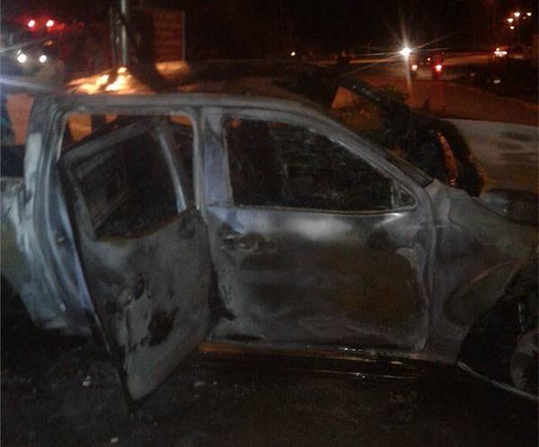 Chiếc xe bốc cháy trơ khung.