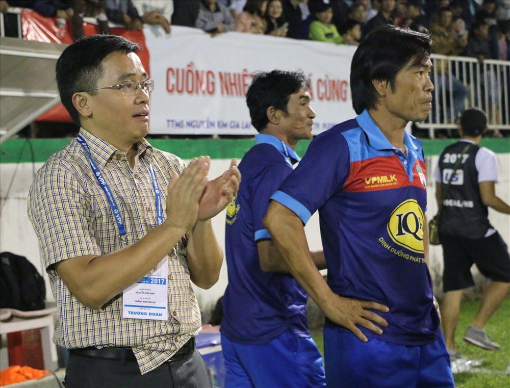 """Trưởng đoàn HAGL ông Nguyễn Tấn Anh đã có """"một trận đấu hồi hộp đến thót tim"""" sau 90 phút kịch tính trên sân Pleiku."""