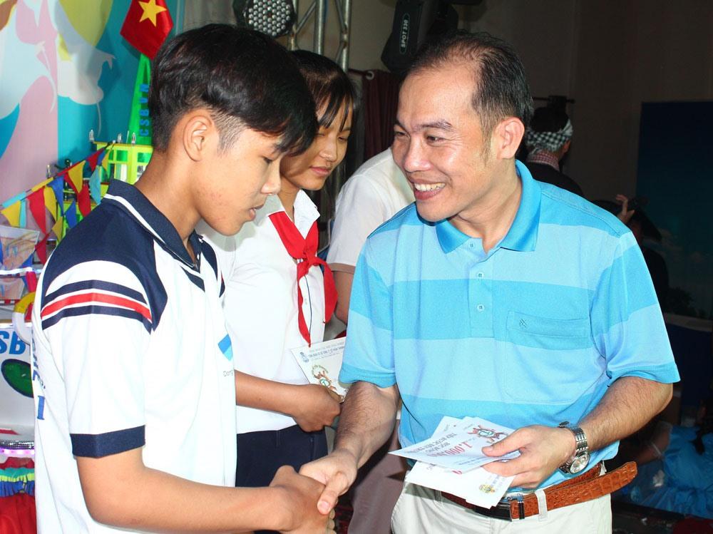 Chủ tịch CĐCS Cty Taekwang Vina (phải) tuyên dương con công nhân học giỏi sống tốt. Ảnh: P.V