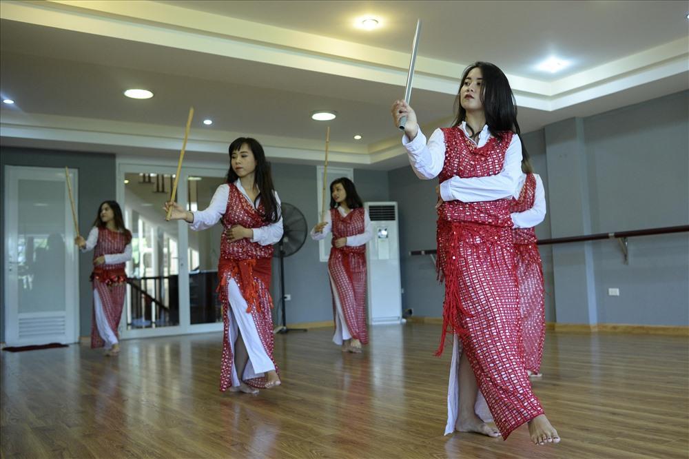 Saidi, một trường phái của Bellydance, vốn là điệu nhảy dành cho các chiến binh nam nhưng được cải biên lại cho phụ nữ, được biểu diễn cùng với gậy. Ngoài Saidi, Bellydance còn có các trường phái phổ biến như drum solo mạnh mẽ với trống là nhạc cụ chủ đạo hoặc Balladi nhấn mạnh vào sự mềm mại, uyển chuyển. Dù thuộc trường phái nào thì các vũ công thường đi chân trần, nhằm nhấn mạnh sự liên kết với mặt đất.