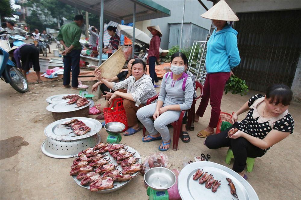 Hiện nay, trung bình mỗi ngày chợ chuột Hạ Bằng, Dị Nậu, chợ Nủa một mùa có thể tiêu thụ hàng tạ thịt chuột với giá bán từ 140 đến 160 nghìn đồng/kg. Người nghiền món này phải đi chợ trước 16h bởi sau đó không có để mua.
