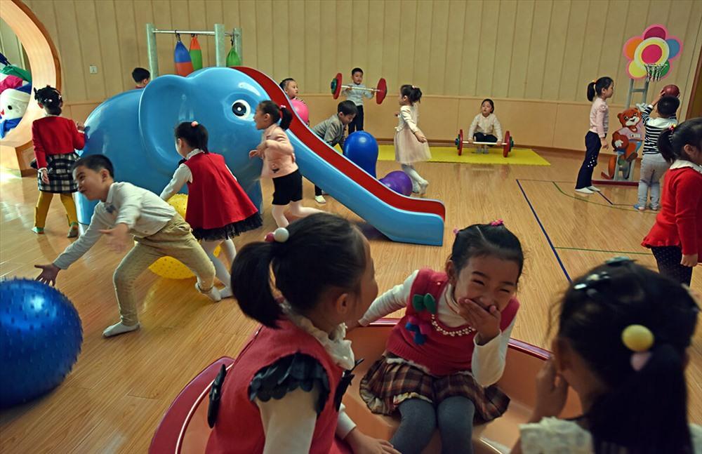 Khu vui chơi trong nhà tại trường mẫu giáo Kyongsang. Ở Triều Tiên, trẻ em được học ở các trường mẫu giáo công 2 năm khi các bé được 2 tuổi rưỡi.