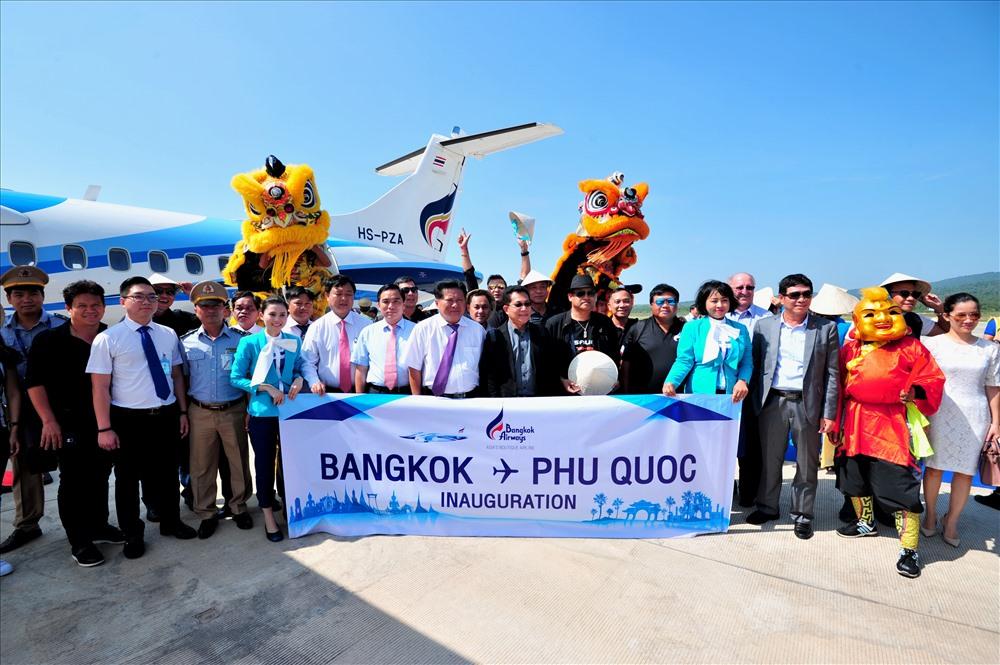 Đại diện huyện Phú Quốc và Cảng Hàng không Quốc tế Phú Quốc chụp hình lưu niệm với đại diện  Hãng và khách của Bangkok Airways.